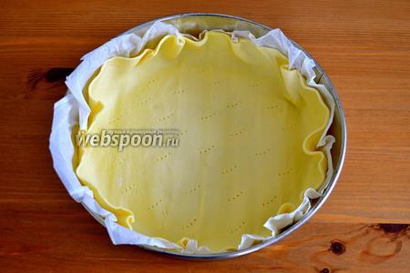 Готовое слоёное тесто (или своё домашнее), выложить в форму диаметром 24 см (если используете готовое тесто, то вместе с пекарской бумагой, если используете своё домашнее тесто, смазать форму маслом и присыпать мукой). Сформировать достаточно высокий бортик, так как крема будет много. Наколоть тесто по всему периметру вилкой.