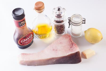 Самое важное для приготовления стейка из рыбы-меч по этому рецепту — его толщина. Она ни в коем случае не должна быть меньше 1,5 см, в идеале — 2-3. Чем толще, тем вкуснее. Площадь и часть вырезки роли не играет, важна именно толщина. Оливковое масло можно брать и с достаточно интенсивным вкусом, и нейтральное. Смесь перцев — отдельная тема. На Сицилии, в последние годы, это блюдо стали посыпать, в том числе, хлопьями чили, но мне больше нравится спокойный вариант, где есть и чёрный, и белый, и розовый перчик. 1/2 лимона идёт в пару к бальзамико-крему; если же используется бальзамико-уксус, то достаточно 1/4. Сливочное масло — секретный компонент: засекла его использование один единственный раз, но с ним — вкуснее всего.