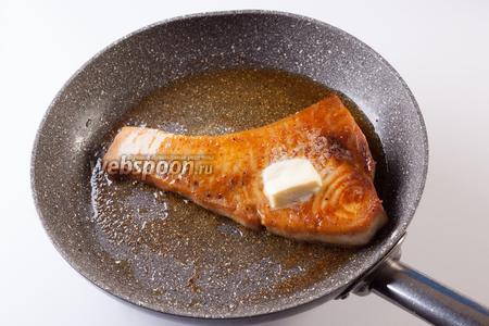 После 10 минут жарки, переворачиваем рыбу в последний раз и размазываем по горячей поверхности кусочек сливочного масла.