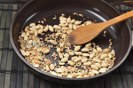 На сухой сковороде обжарить арахис и семечки подсолнуха до слегка золотистого цвета.