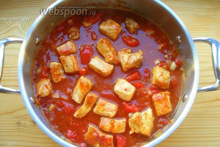 Затем добавляем помидоры в собственном соку (естественно, с соком). Помидоры нужно немного измельчить, я делала это уже в сковородке с помощью деревянной лопатки. Если варево кажется вам слишком густым, можно добавить немного воды, — это дело вкуса. Доводим до кипения.