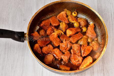Готовим ещё 15 минут, в конце солим по вкусу. Вкусное мясо с брюссельской капустой и оливками готово.