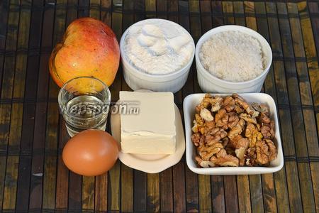 Для приготовления печенья нам понадобится мука, сахар, сливочное масло, подсолнечное масло, яйцо, разрыхлитель, орехи, яблоко.