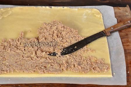 Подровнять края теста, чтобы получился прямоугольник. Равномерно намазать начинку на тесто.