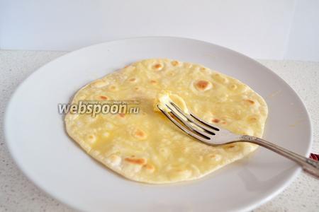 Как только сняли лепёшку со сковороды, её тут же необходимо смазать сливочным маслом. Иначе лепёшка потом, при сгибании, сломается (треснет).