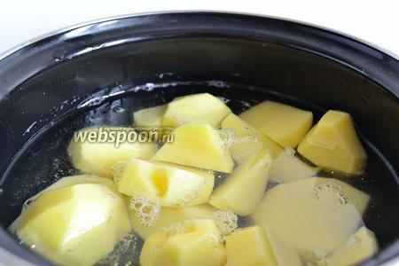Теперь приступаем к начинке. Картофель почистить, нарезать произвольно и поставить варить. Посолить через 10-15 минут после закипания воды. Отварить до готовности.