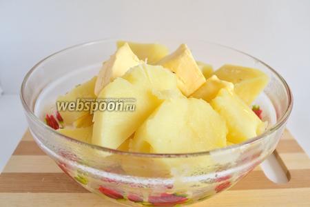 Когда картофель будет готов, слить всю воду. Добавить масло и размять в пюре. Блендером это делать нельзя, получится клейстер.