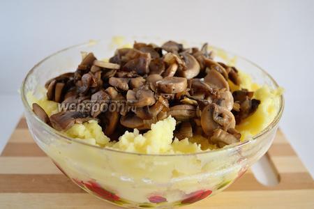 Смешать картофель и грибы с луком. Всё перемешать. Если нужно, то ещё подсолить.