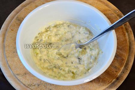 Смешать нарезанные овощи с майонезом. Посолить и поперчить по вкусу.