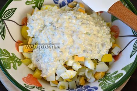 Выложить готовую заправку на картофель с яйцами...
