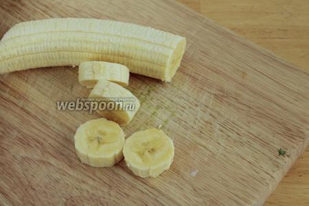Банан очистить от кожуры и нарезать на бруски.