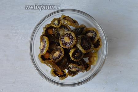 Когда киви остынут полностью, они готовы. Их можно пересыпать сахарной пудрой и хранить в стеклянной банке.