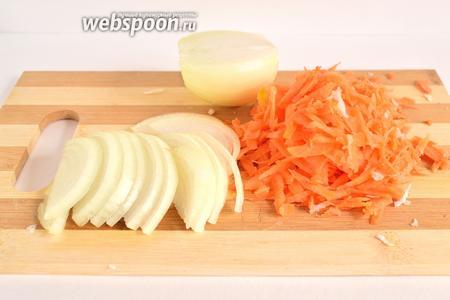 Лук нарезать полукольцами, морковь натереть на крупной тёрке.