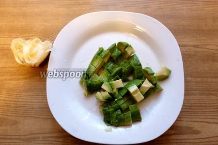 Авокадо нарежем кубиком и сбрызнем лимонным соком.