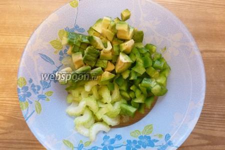 Смешаем нарезанные овощи вместе.