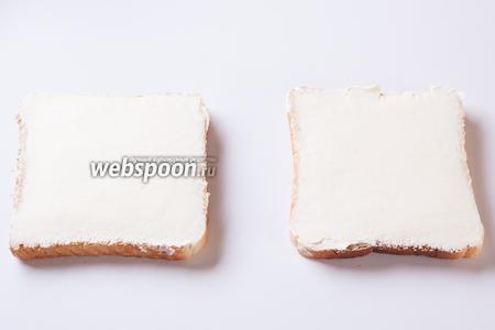 Намазываем сырную смесь на обжаренные тосты (200 г должно хватить на 4-5 тостов, не больше, слой сыра не должен быть слишком тонким). Разглаживаем поверхность сыра тем же инструментом, которым вы разглаживаете крем на тортах.