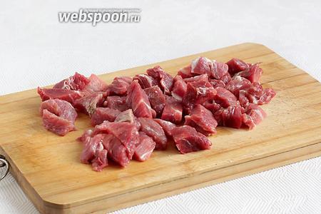 Мякоть говядины нарезать мелкими кубиками или соломкой.