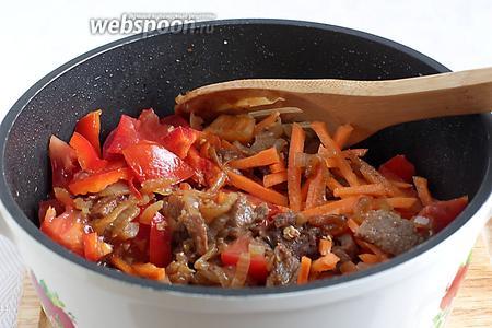 Нарезанные овощи добавить в казан к мясу с луком. Ещё подсолить. Поджарить в течение 5 минут, а затем добавить 0,5 стакана воды и тушить под крышкой до выкипания жидкости.
