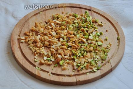 Орехи крупно порубить ножом или скалкой.