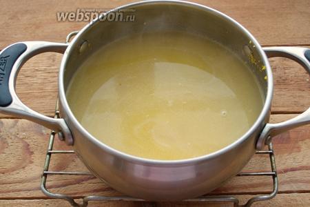 Когда вода увариться, влейте ещё воды. Варите до тех пор, пока кукурузная крупа станет близкой к полной готовности. Общее время варки крупы около 20 минут. При необходимости, долейте ещё воды.
