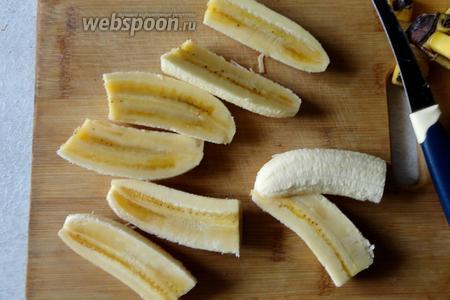 Банан очистить, затем режем на 4 части.