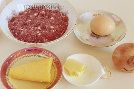 Для приготовления котлет нужно взять фарш, яйцо, панировочные сухари, масло подсолнечное и растительное, сыр, соль, лук, чеснок и перец.