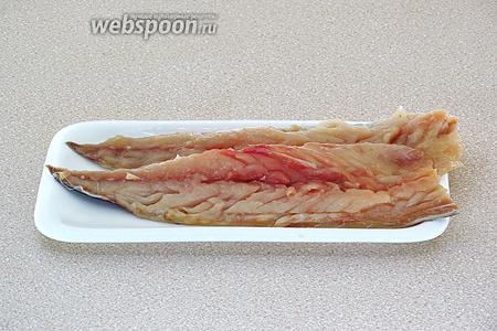 Рыбу выпотрошить, отрезать голову и хвост, срезать с хребта филе и удалить из него все косточки и снять кожу.