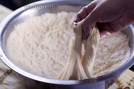 Пирожковое тесто должно быть достаточно жидким, но хорошо формоваться руками, смоченными в масле.