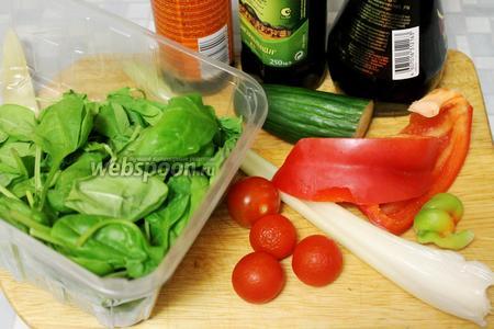 Для салатика взять свежие листья шпината, сельдерей, черри, огурец, петрушку, перец, соевый соус, бальзамический уксус, масло.