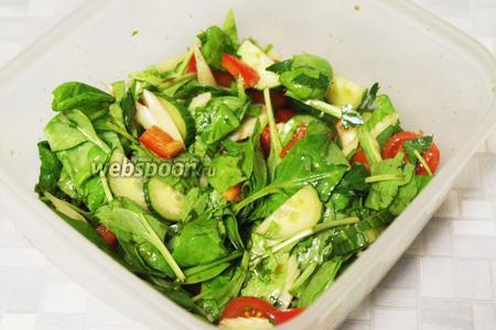 Заправить салат и сразу подавать. Очень вкусно, а главное, — полезно!