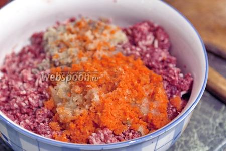 Перекрутим на той же мясорубке куски лука и моркови, добавим их в фарш.