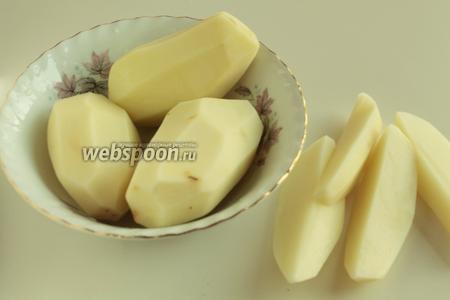 Когда мясо уже готово и жидкость частично выпарилась, картофель очистить от кожуры и разрезать на крупные дольки.