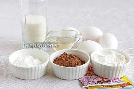 Для рулетного бисквита возьмём крупные яйца по 75 грамм, какао порошок, муку, крахмал, сахар, ванилин, разрыхлитель, растительное масло любое.