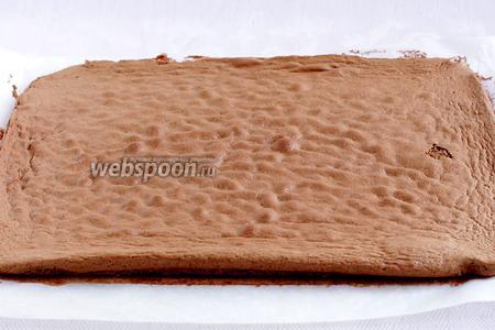 Готовый бисквит при нажатии пальцем должен не проваливаться, а пружинить. Снять его с противня вместе с бумагой. Помогая себе лопаткой, отделить бисквит от бумаги и тут же свернуть в рулет вместе с пергаментом.