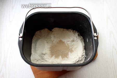 Добавьте дрожжи. Для выпечки 500 г и 750г булок понадобится 1,5 ч. л. дрожжей.
