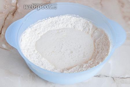 Наливаем тёплую газированную воду, добавляем соль и сахар. Немного перемешиваем, чтобы мука увлажнилась.