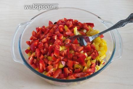 У перца удалите семена и перегородки, нарежьте кубиками и добавьте в салат.