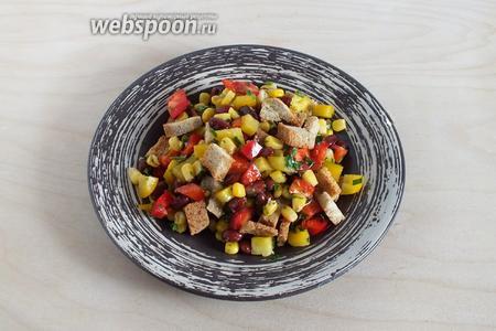 Полейте салат заправкой, поперчите по вкусу и подавайте к столу. Можно употребить как закуску или в качестве холодного гарнира к мясу. Приятного аппетита!