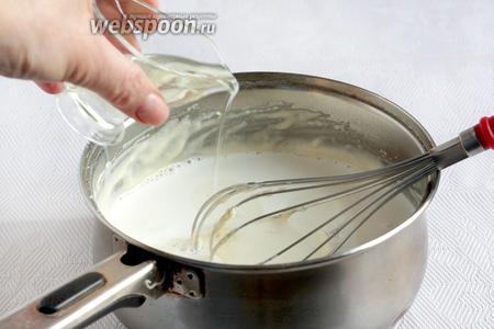Влить оставшееся молоко и растительное масло, чтобы получилась нужная густота теста для тонких блинчиков. Обычно, чем жиже тесто, тем тоньше блинчики.