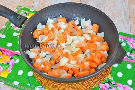Добавить морковь, нарезанную кубиками, и жарить ещё 4 минуты.