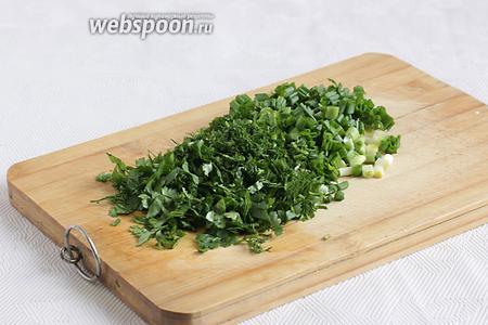 Нарезать зелёный лук, укроп и кинзу. Можно использовать любую зелень по вкусу, но зелёный лук даёт особенный вкус и запах.