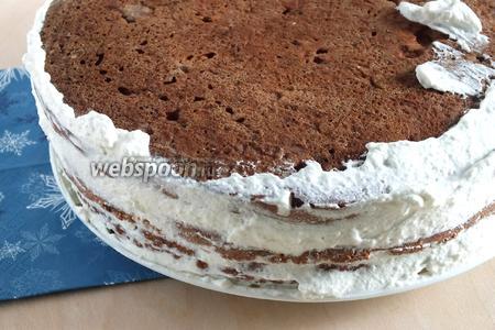 Бока торта также смажьте кремом.