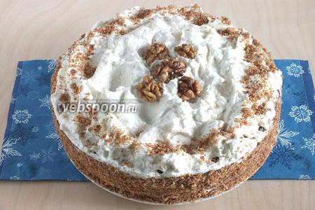 Обсыпьте бока бисквитной крошкой. Выложите на верхний корж остатки крема, украсьте по желанию. Вкусный домашний тортик готов! Приятного аппетита!