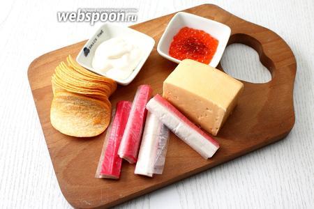 Для приготовления закуски нам понадобятся следующие ингредиенты: чипсы Принглз, крабовые палочки, сыр твёрдый, икра красная и майонез.