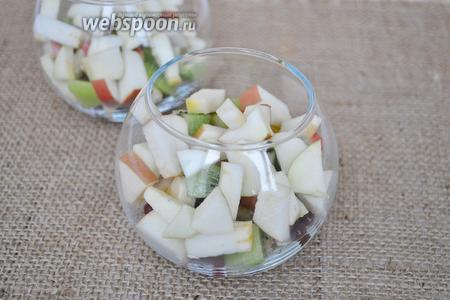 В последнюю очередь режем яблок, так как они могут потемнеть. Для этого лучше использовать керамический нож, его лезвие не реагирует на кислоту. Можно брызгать на кусочки яблока лимонным соком дабы избежать потемнения.