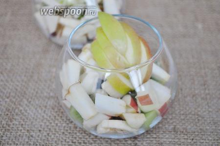 Нарезать декор из яблока и украсить салат.