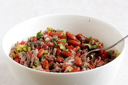 Смешать все овощи и мясо в глубоком салатнике. Полить маслом, уксусом, посолить по вкусу. Салат готов. Приятного аппетита!