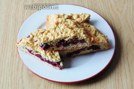 Готовый пирог достаём из духовки, охлаждаем и нарезаем на порции. Подаём к чаю, кофе или молоку.