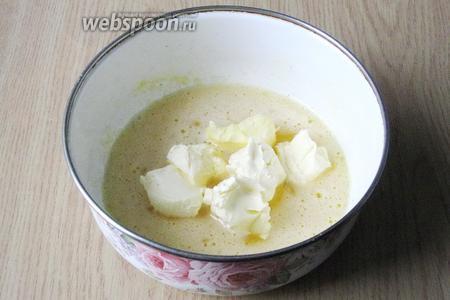 Кладём к яйцам с сахаром мягкое сливочное масло.