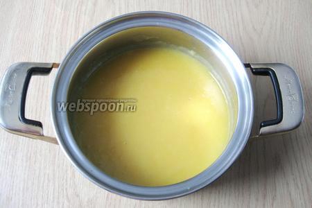 Точно так же смешиваем яйцо или 1 желток с сахаром (по вкусу) и мукой (1,5 столовые ложки). Доводим сок до кипения и вливаем смесь яйца, сахара и муки. Варим несколько минут до загустения. Затем полученный апельсиновый крем охлаждаем.